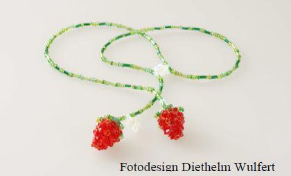 Erdbeerkette mit kleinen Blüten